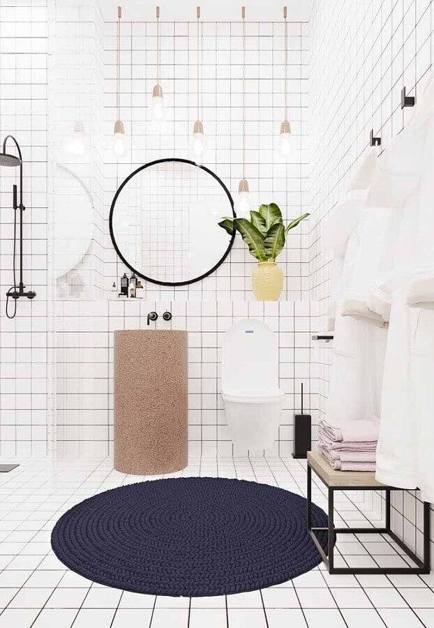tapete azul marinho redondo para banheiro todo branco Foto Pinterest