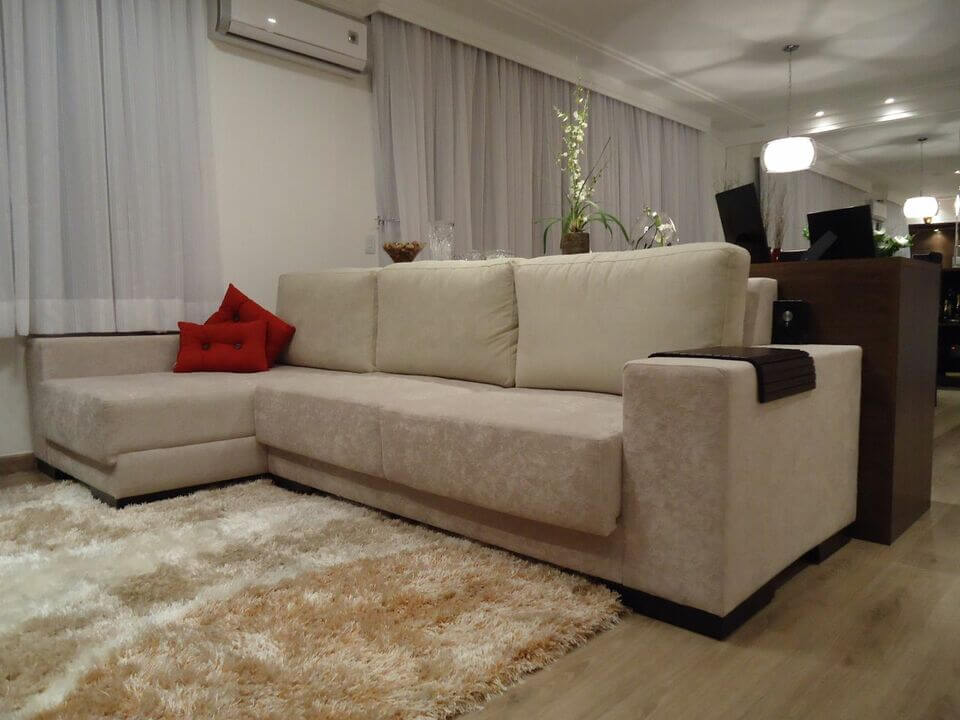 tapete medusa - sala de TV com tapete felpudo e sofá em L