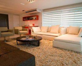tapete medusa - sala de estar com sofá branco e tapete felpudo - Lina Eleutério