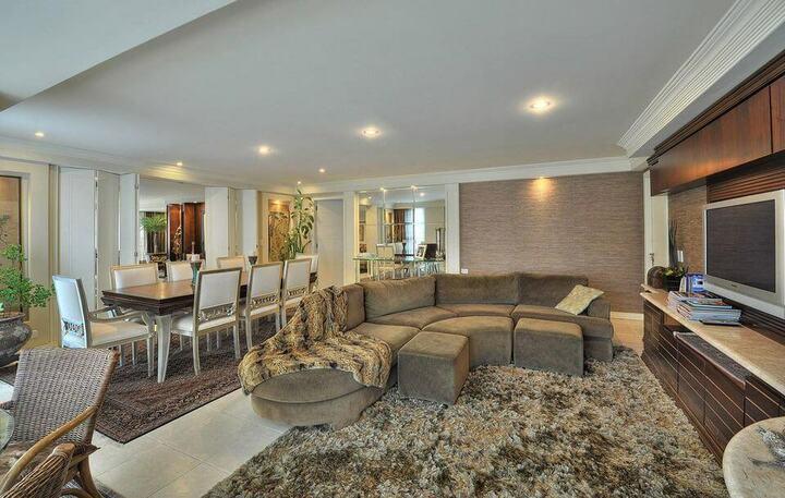 tapete medusa - sala de estar com tapete felpudo e sofá arredondado