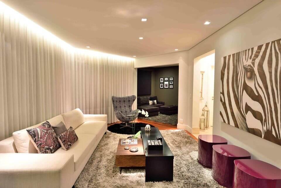 tapete medusa - sofá branco e tapete felpudo