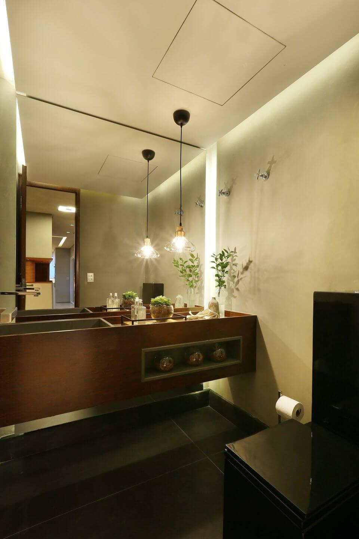 tipos de lâmpadas - espelho grande e pendente de lâmpada