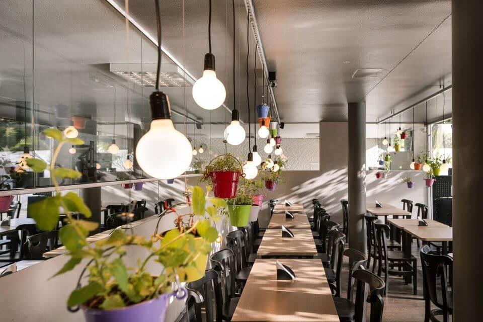 tipos de lâmpadas - pendente e vasos coloridos