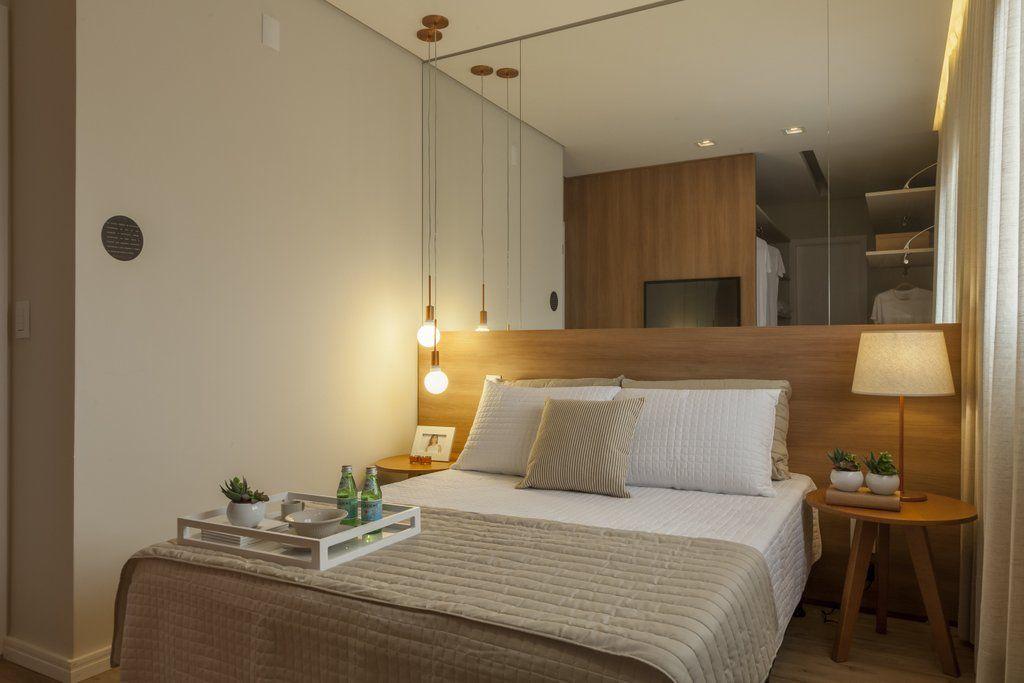 tipos de lâmpadas - quarto de casal com pendente de lâmpada cobre
