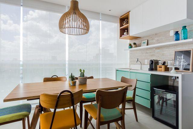 tipos de lâmpadas - varanda gourmet com pendente madeira e persianas