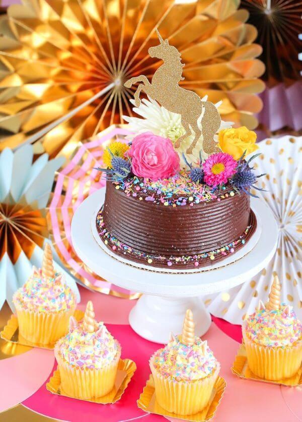 Topo de bolo de unicórnio com cupcakes combinando