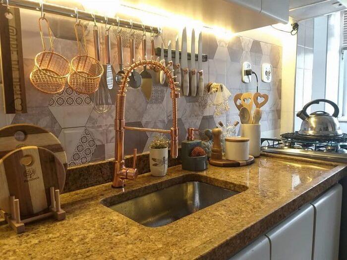 Bancada de pia estreita com torneira gourmet dourada