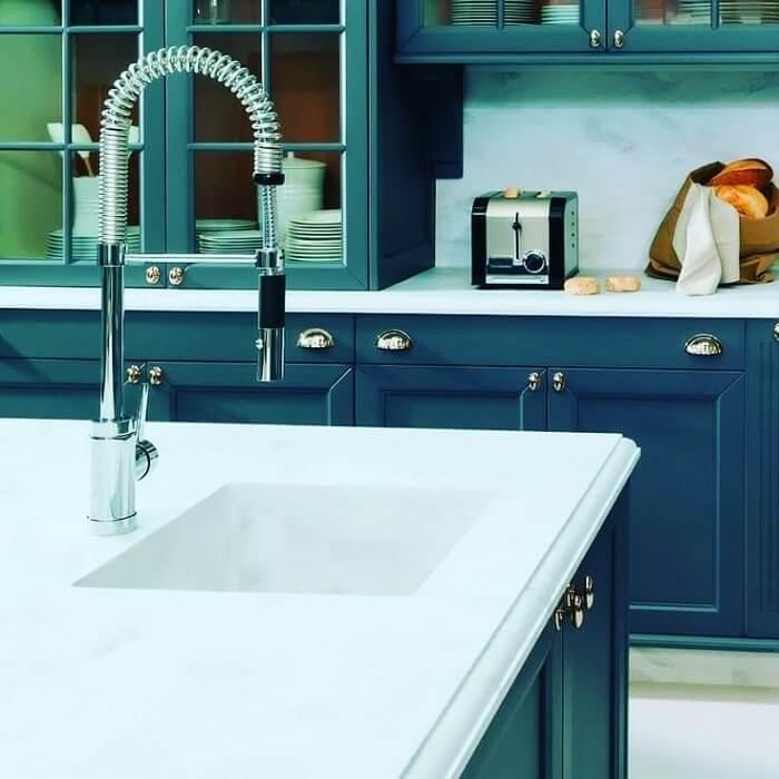 Cozinha clean em tons de branco e azul com torneira gourmet