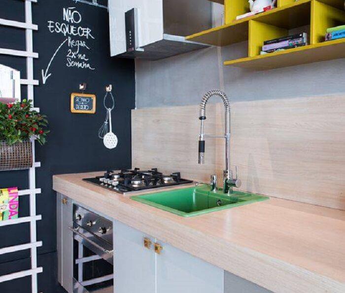Cozinha moderna com torneira gourmet de alumínio