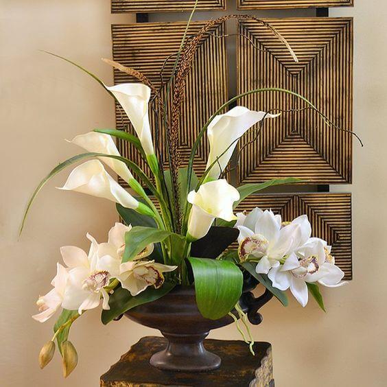Vaso com copo de leite e orquídeas na decoração clássica