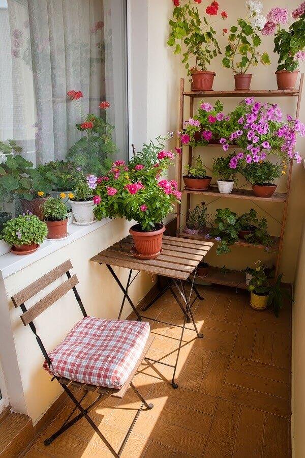 Vasos de flores para decoração de varanda pequena