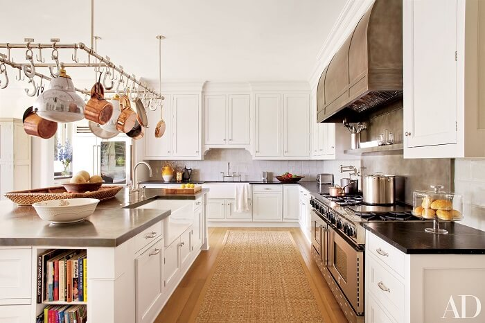 Cozinha ampla com tapete sisal se harmoniza com os móveis em tom branco