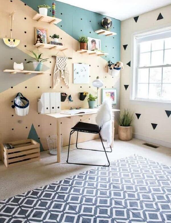 Área de estudo com prateleiras feitas em madeira crua e tapete geométrico