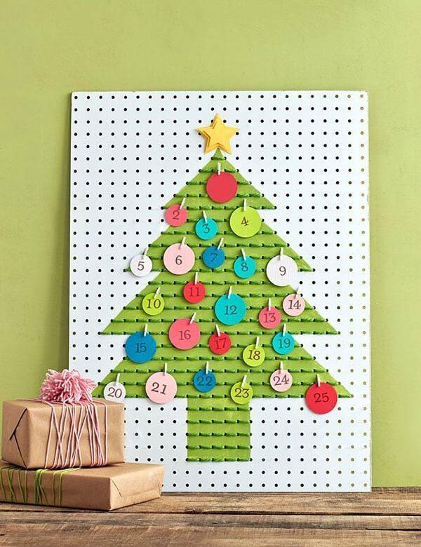 Árvore com calendário feita em placa de metal