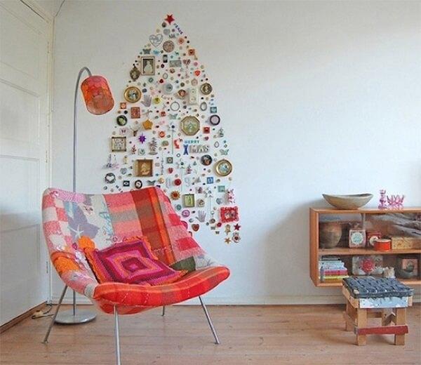 Árvore de Natal na parede feita com diversos objetos de casa
