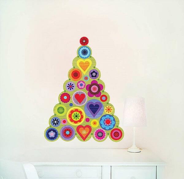 Árvore de Natal na parede feita com adesivos coloridos