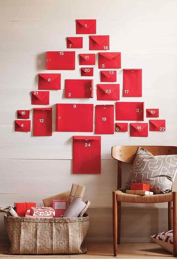 Árvore de Natal na parede feita com envelopes