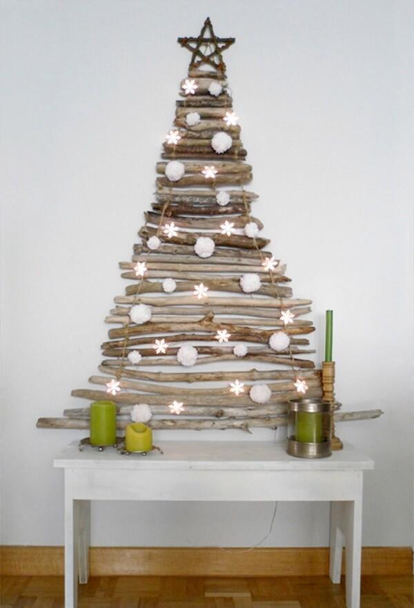 Árvore de Natal na parede feita com galhos finos