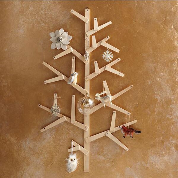 Árvore de Natal na parede feita com ripinhas de madeira