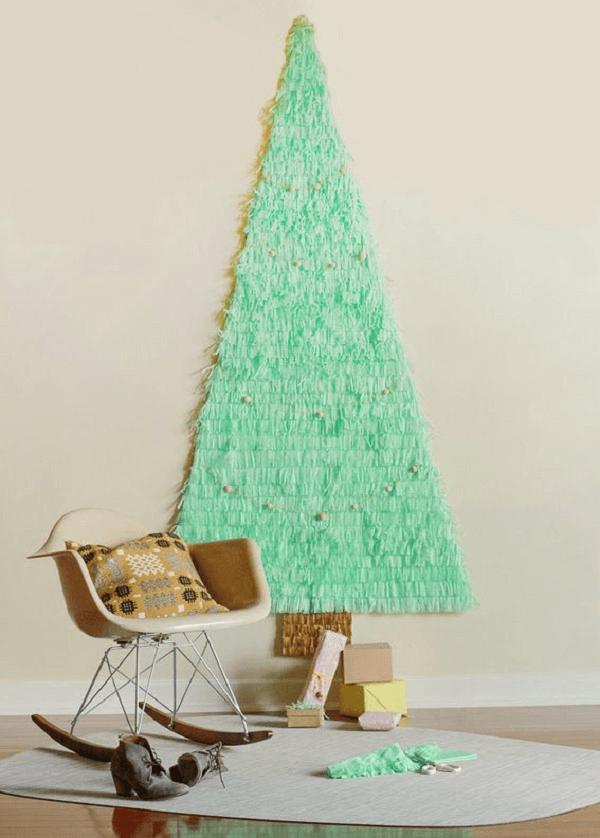 Árvore de Natal na parede feita com tecido