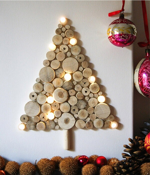 Árvore de Natal na parede feita com troncos cortados