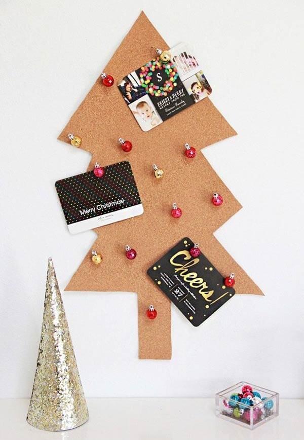 Árvore de Natal na parede feita com cortiça