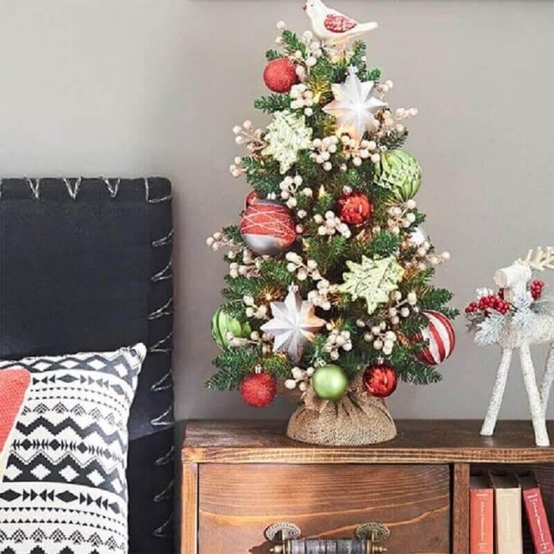 árvore de Natal pequena decorada Foto Singular Presentes e Decoração