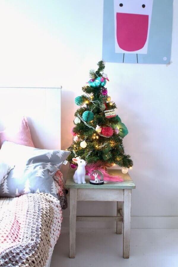 árvore de Natal pequena decorada com detalhes coloridos Foto Christmas Glitter