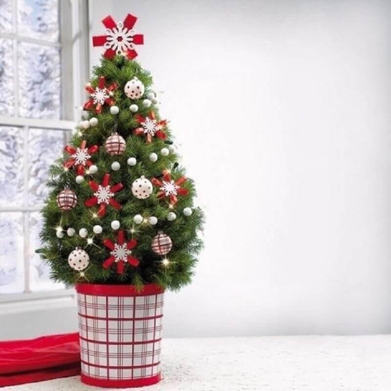 árvore de Natal pequena decorada com enfeites vermelhos Foto ProFlowers