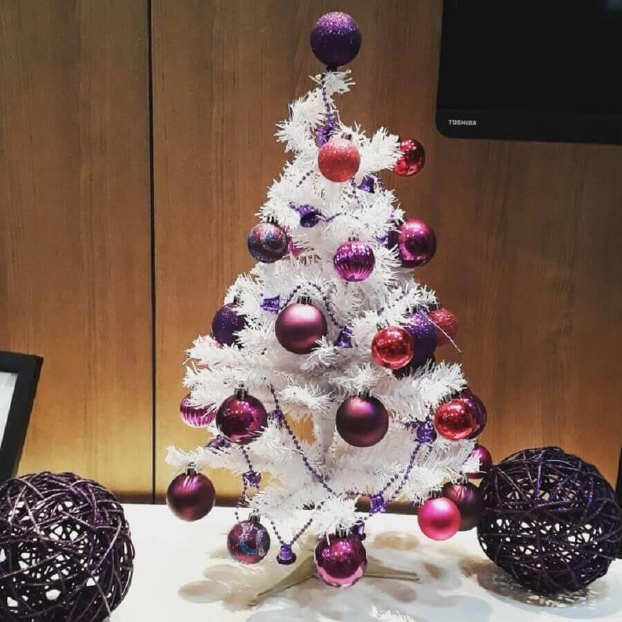 árvore de natal branca pequena decorada com bolas roxas Foto Gabriela Ferreira