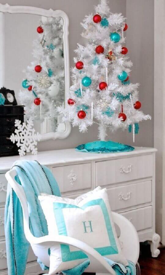 árvore de natal branca pequena decorada com bolas vermelhas e azuis Foto Home Design Ideas