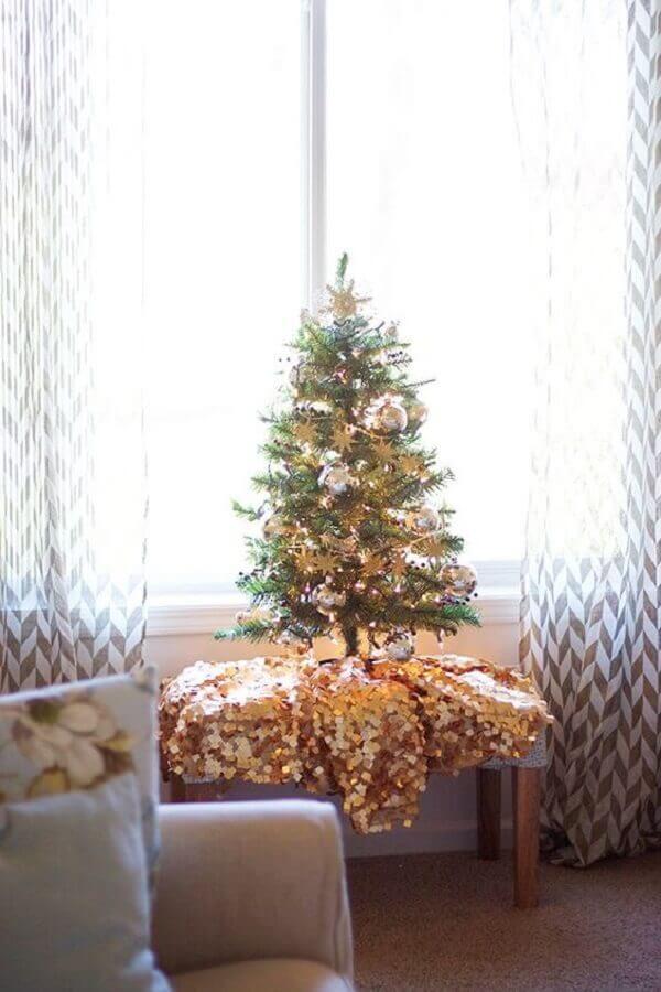 árvore de natal decorada pequena com enfeites dourados Foto Wow Decor