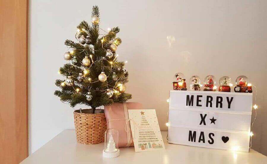 árvore de natal pequena com decoração simples Foto Yerim Kang