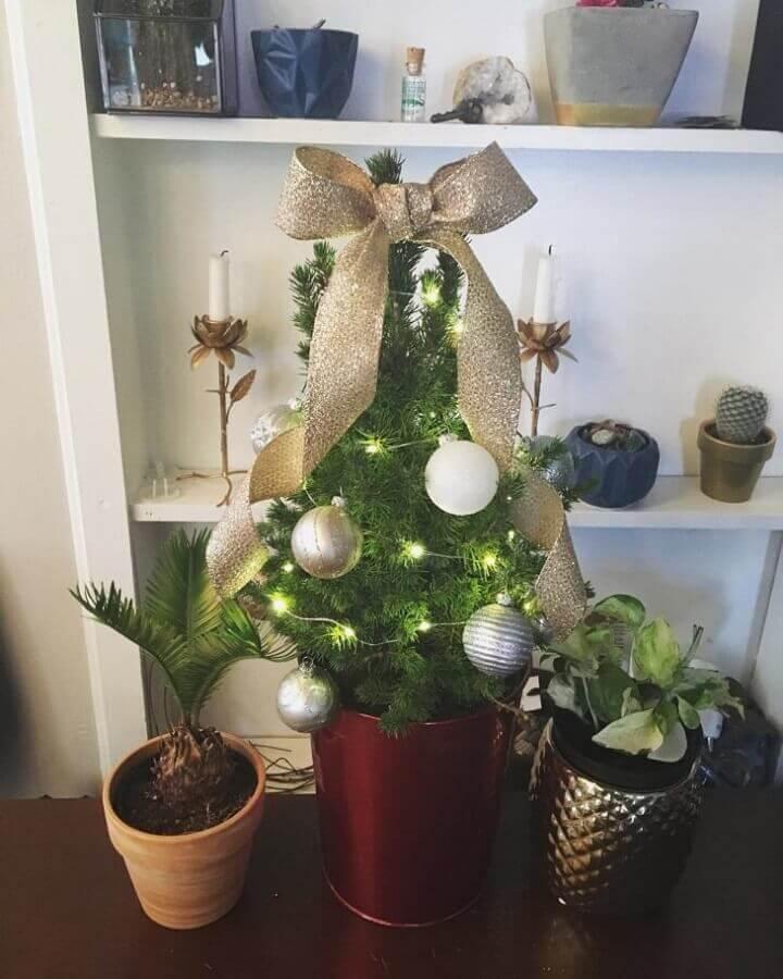 árvore de natal pequena decorada com bolas e laço prata Foto Tiara Hale