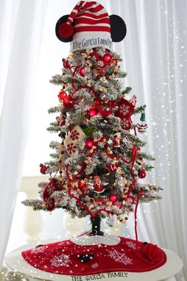 árvore de natal pequena decorada com chapéu do mickey no topo Foto Country Living Magazine