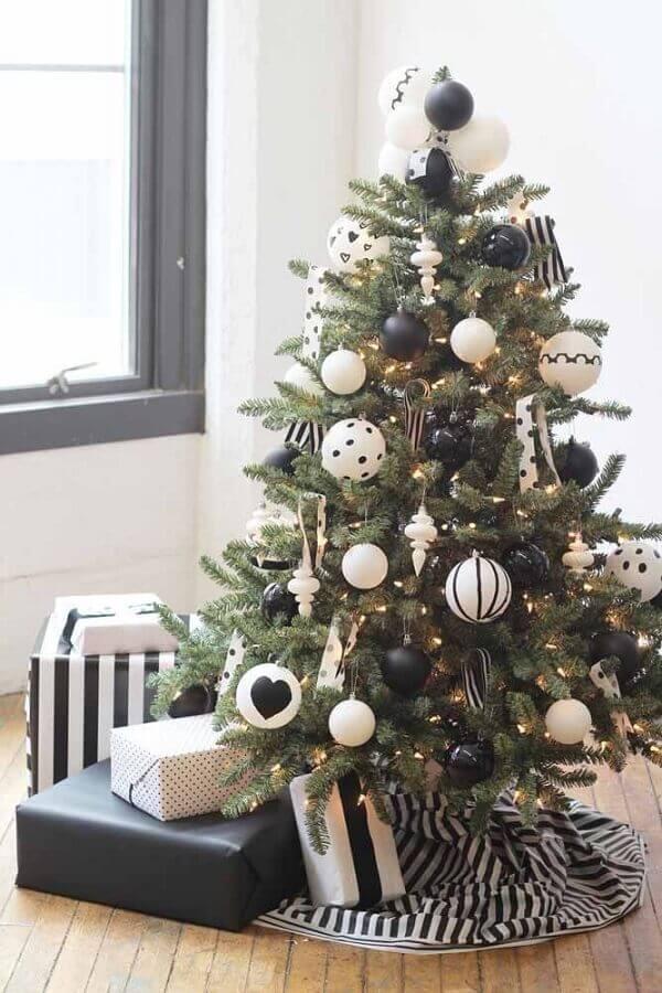 árvore de natal pequena decorada com enfeites preto e branco Foto Home Ideas
