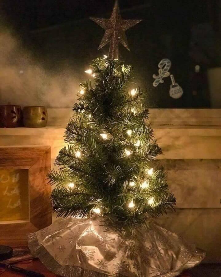 árvore de natal pequena decorada com estrela no topo Foto Ashley