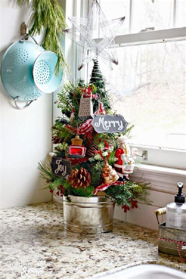 árvore de natal pequena decorada para cozinha Foto Cypress