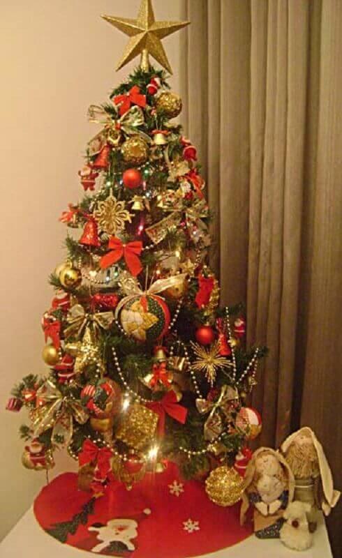 árvore de natal pequena decorada vermelha e dourada Foto Taise Walber
