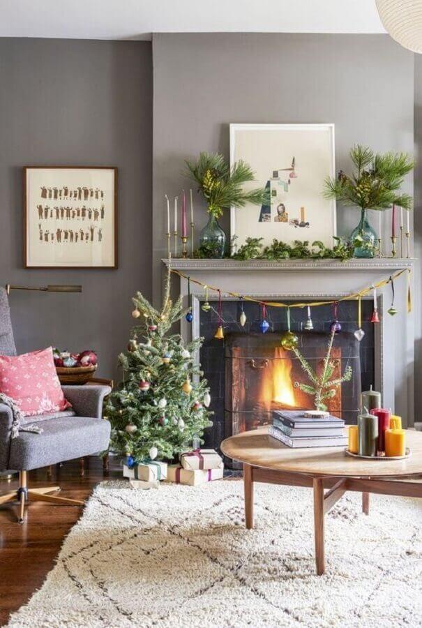 árvore de natal pequena para decoração de sala cinza com lareira Foto Pinterest
