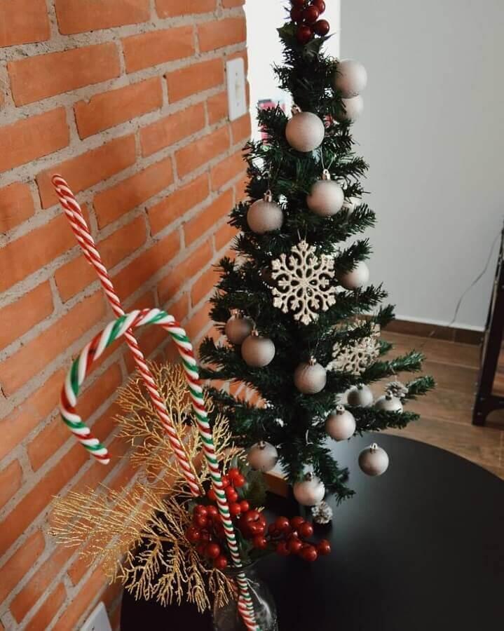árvore pequena de natal decorada com enfeites prata Foto APTO 11
