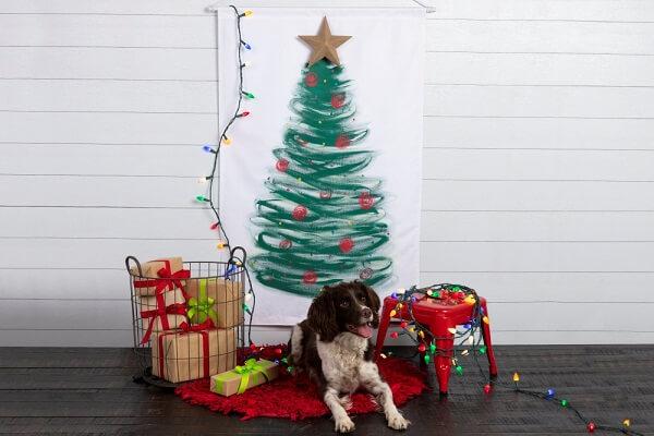 A árvore de Natal na parede maximiza a área de circulação na casa