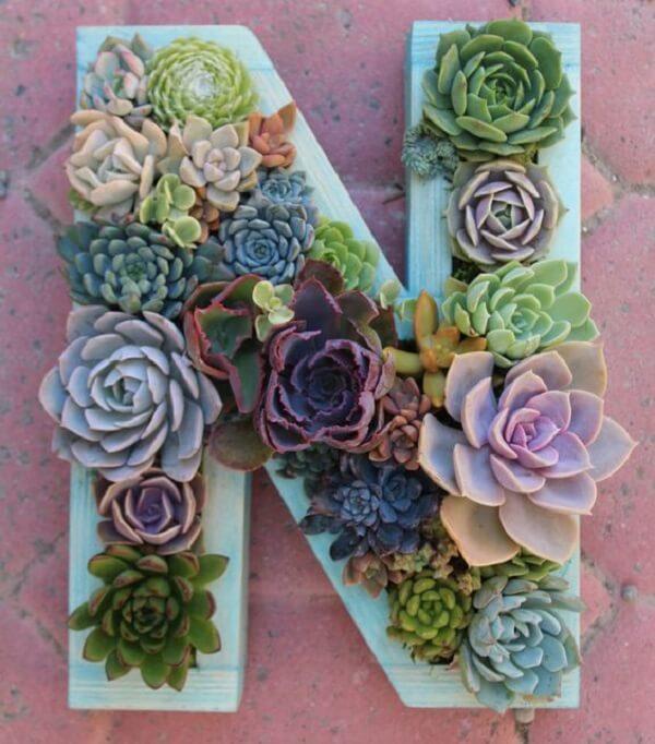 Utilize letras decorativas para compor um lindo jardim de suculentas