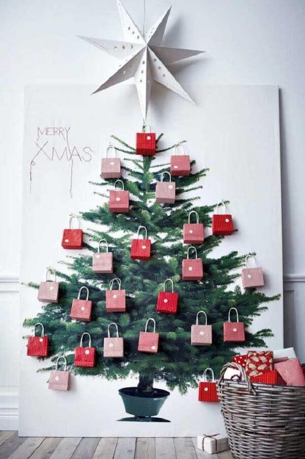 A árvore de Natal na parede foi feita com bolsinhas de papel