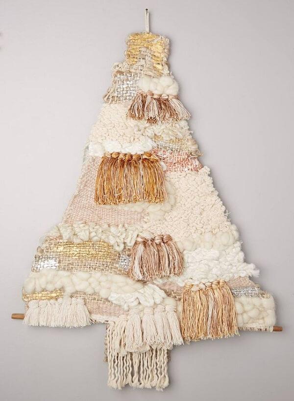 A árvore de Natal na parede foi feita com tecido