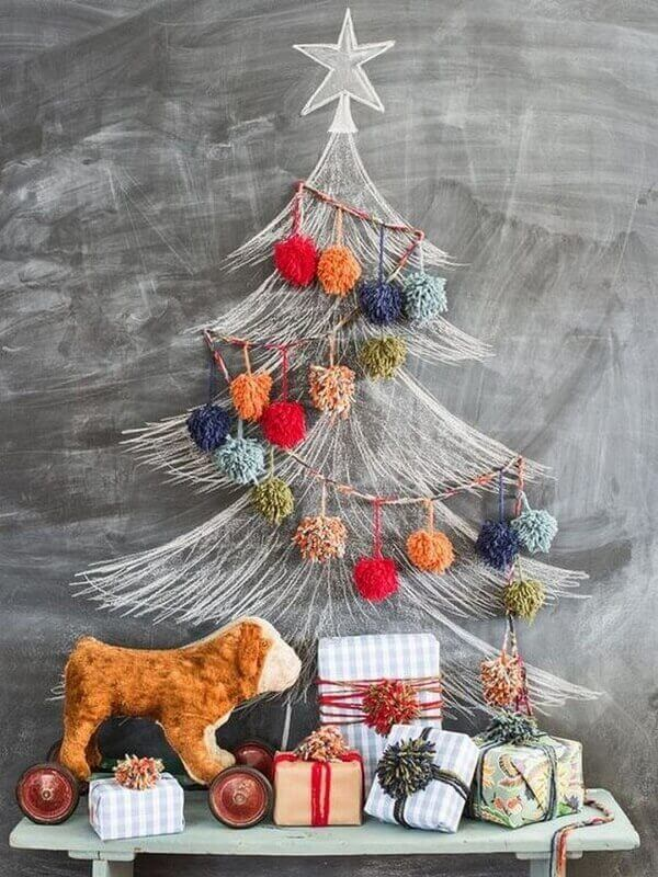 A árvore de Natal na parede foi feita com giz branco