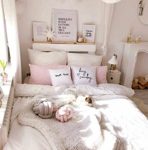 Almofada do tipo nó em tons claros traz suavidade para a decoração do quarto