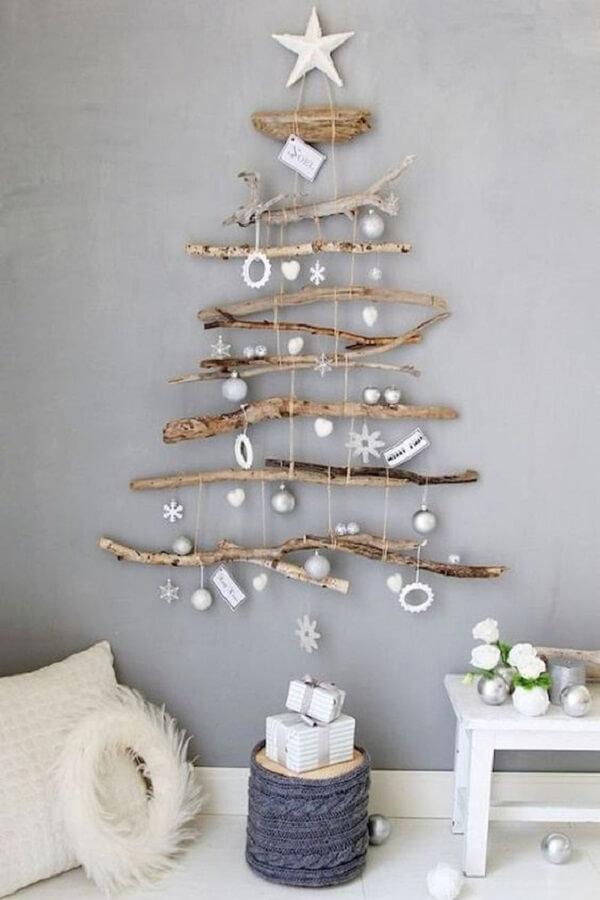 A árvore de Natal na parede foi feita com galhos