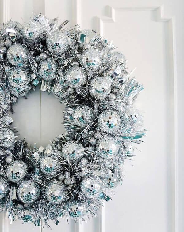 Enfeite de porta para natal feito com bolas prateadas