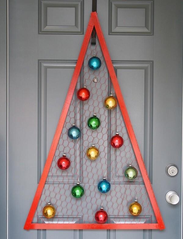 Enfeite de natal para porta simula uma árvore